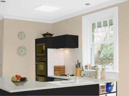 cocina negra combinada con marron y blanco